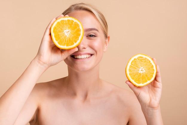 Close-up modèle heureux avec orange Photo gratuit