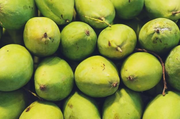 Close Up Of Big Fresh Green Mango, Marché De L'alimentation De Rue Thaïlandaise Photo Premium