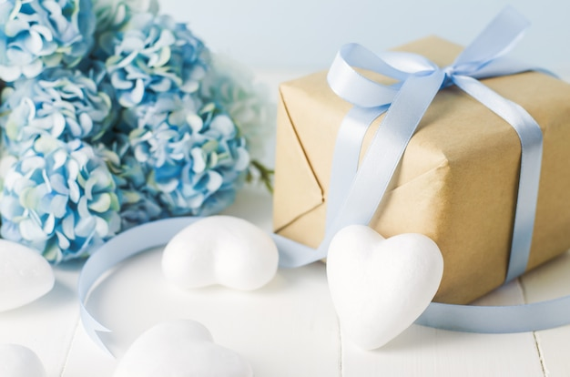Close Up Of Brown Recycle Coffret Cadeau Avec Coeur Blanc Et Fleurs D'hortensia Bleu Photo Premium