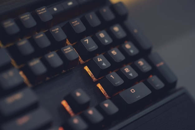 Close Up Of Computer Rgb Gaming Keyboard, éclairé Par Une Led Colorée Photo Premium