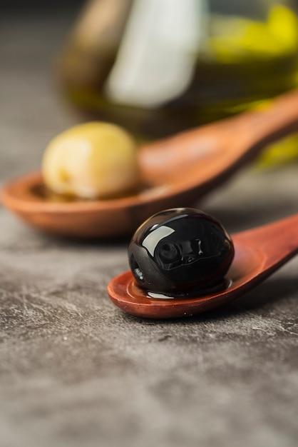 Close-up olives biologiques dans une cuillère Photo gratuit