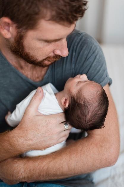 Close-up parent tenant son bébé Photo gratuit