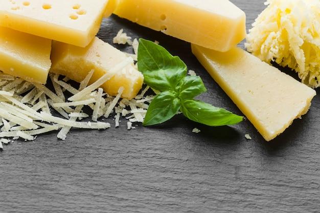 Close-up parmesan râpé sur table Photo gratuit
