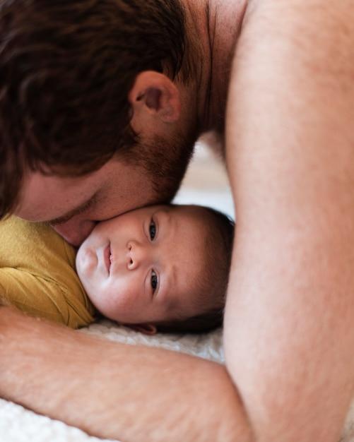 Close-up père embrassant son fils Photo gratuit