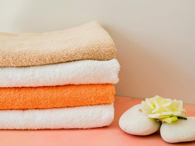 Close-up plié serviettes propres avec des fleurs Photo gratuit