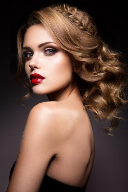 Close-up portrait de belle femme avec du maquillage vif Photo Premium