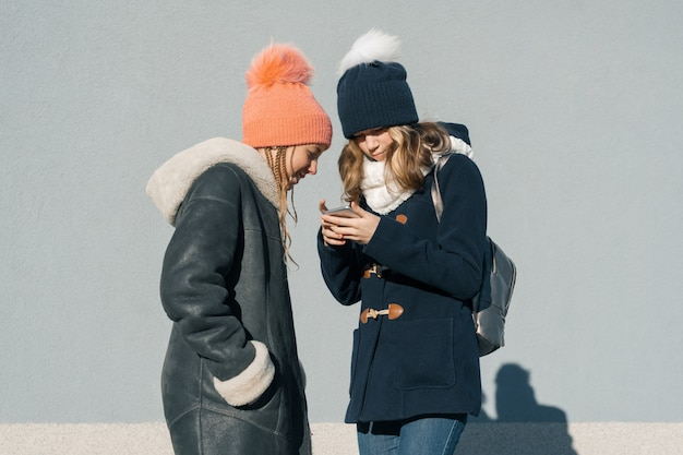 Close-up Portrait D'hiver En Plein Air De Deux Adolescentes Photo Premium
