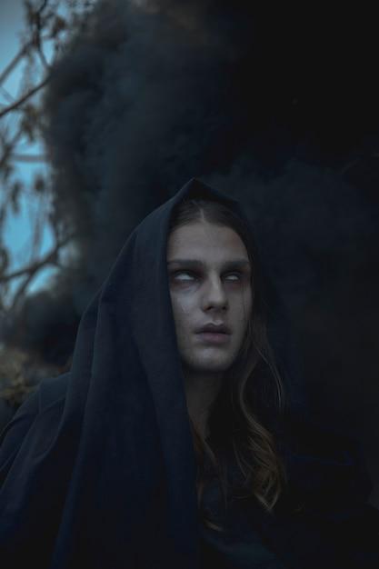 Close-up portrait d'homme dans le brouillard noir Photo gratuit
