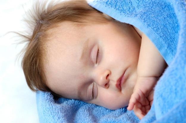Close-up Portrait Of A Sweet Sleepping Little Girl Photo Premium