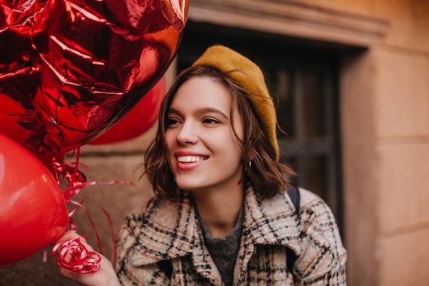 Close-up Portrait Of Woman In élégant Béret Français Photo gratuit