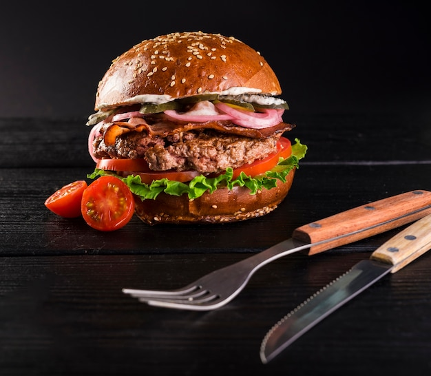 Close-up prêt à être servi burger avec des couverts Photo gratuit