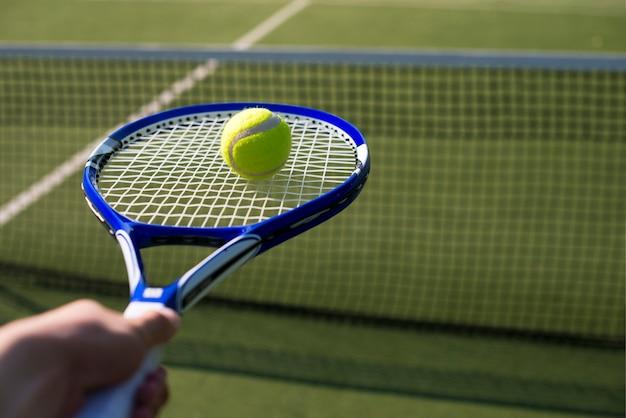 Close-up raquette de tennis avec balle Photo gratuit