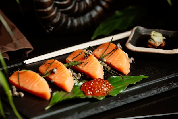 Close Up De Saumon Sashimi Servi Avec Tobiko Rouge Photo gratuit