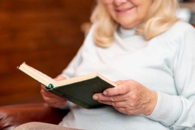 Close-up senior lecture à la maison Photo gratuit