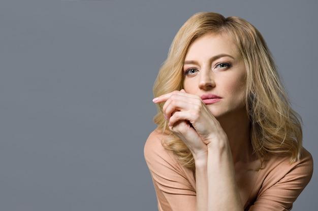 Close-up studio portrait de femme blonde âgée moyenne Photo Premium