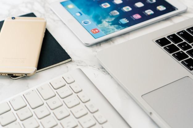 Close-up De La Table De Marbre Avec Un équipement Technologique Photo gratuit