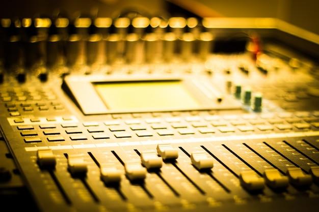 Close-up de la table de mixage avec des boutons Photo gratuit