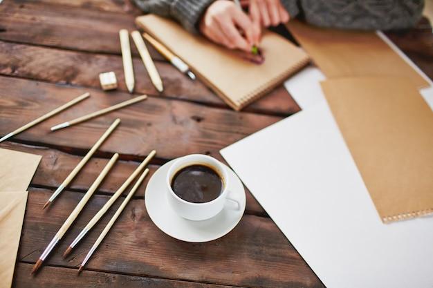 Close-up d'une tasse de café sur la table en bois Photo gratuit