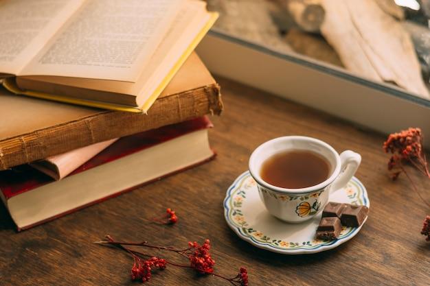 Close-up tasse de thé avec des livres Photo gratuit