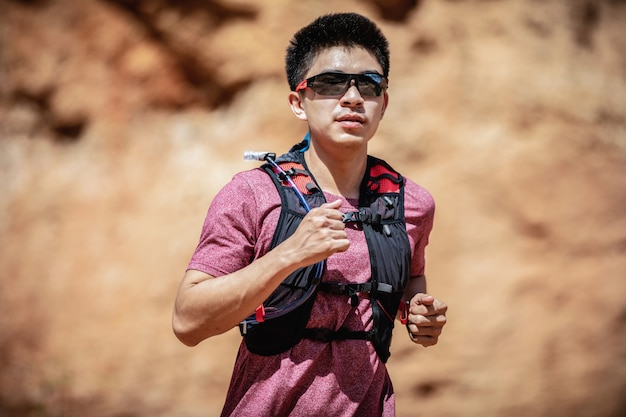 Close up trail runner running passer la montagne de pierre Photo Premium
