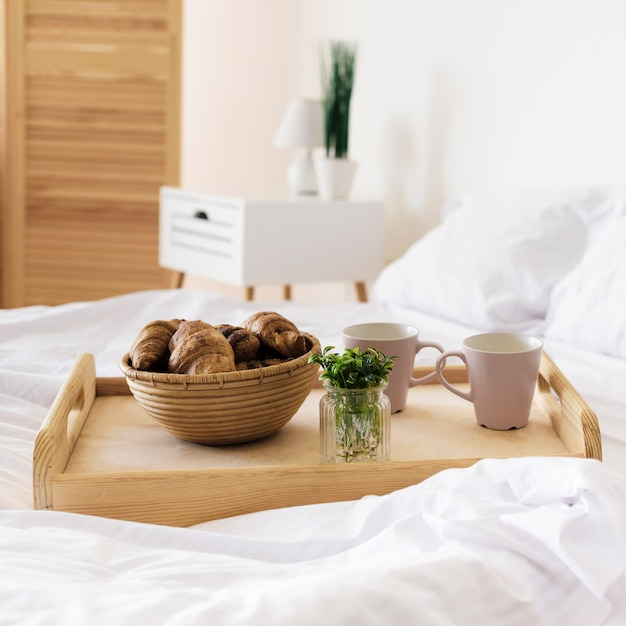 Close-up tray avec petit déjeuner sur le lit Photo gratuit