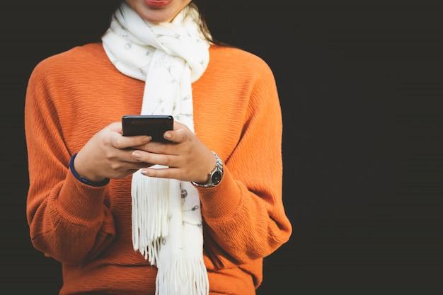 Closeup asia femme à l'aide de smartphone Photo Premium