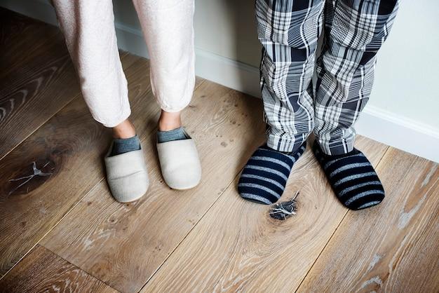 Closeup, Couple, Pantoufles, Plancher Bois Photo Premium