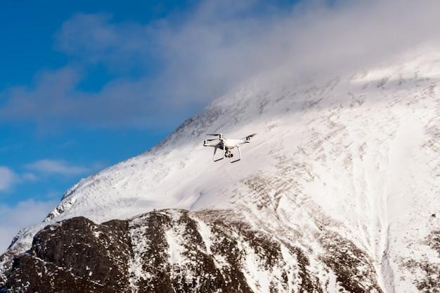 Closeup drone vole sur le fond de la montagne de neige Photo Premium
