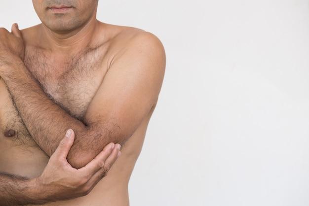 Closeup homme douleur au bras et au coude et blessure sur fond blanc. concept de soins de santé. Photo Premium
