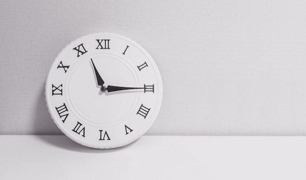 Closeup horloge blanche pour décorer spectacle onze heures et quart ou 11h15 Photo Premium