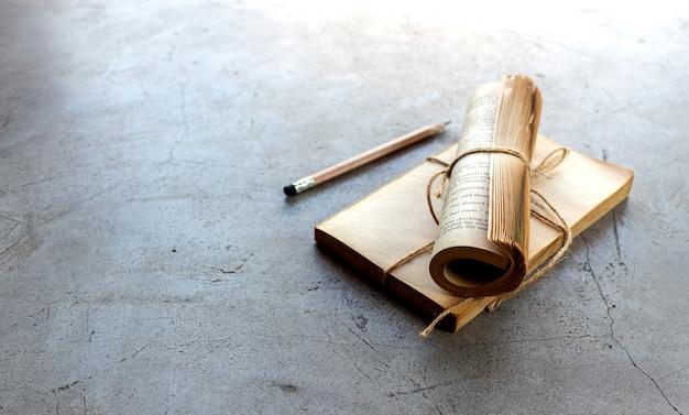 Closeup lunettes, crayon et cahier sur sol en ciment Photo Premium