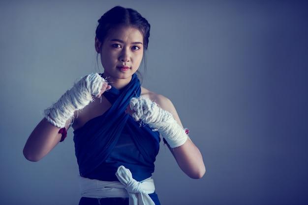 Closeup main féminine de boxeur avec des bandages de boxe blanche. Photo Premium