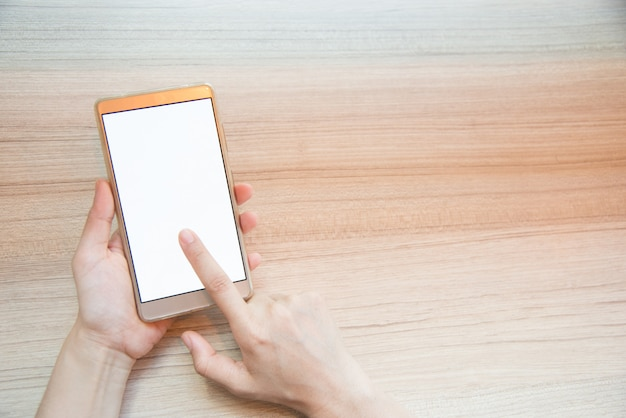 Closeup main de femme en tapant sur un téléphone intelligent Photo Premium