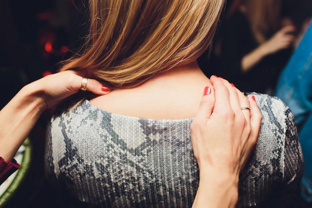 Closeup Portrait De Beau Couple De Massage Lesbien Se Détendre Et Heureux Chérie En Touchant L'amant. Photo Premium