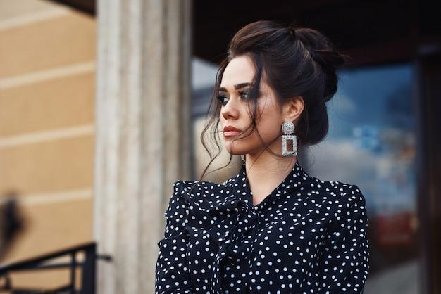 Closeup Portrait De Femme D'affaires élégante Avec Maquillage Extérieur Photo Premium