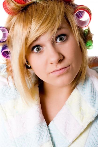 Closeup portrait de femme au foyer drôle avec bigoudis sur blanc Photo Premium