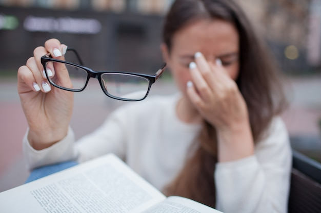 Closeup portrait de femme avec des lunettes à la main. Photo Premium