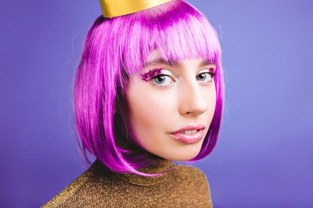 Closeup Portrait Incroyable Jeune Femme à La Mode Avec Des Cheveux Violets Coupés. Maquillage Lumineux, Guirlandes, Robe De Luxe, Fête, Anniversaire, Grande Fête, Vraies émotions. Photo gratuit