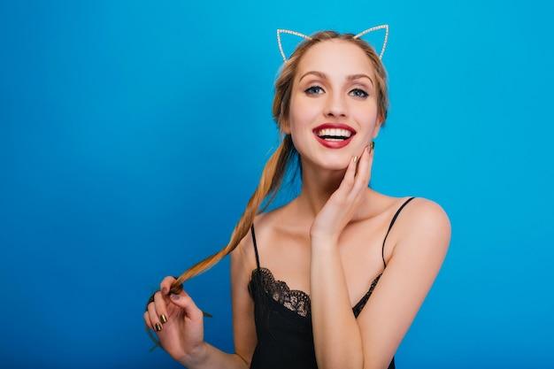 Closeup Portrait De Souriantes Jeunes Jolies Femmes S'amusant à La Fête, Posant. Porter Une Robe Noire Et Un Bandeau Avec Des Oreilles De Chat. Photo gratuit