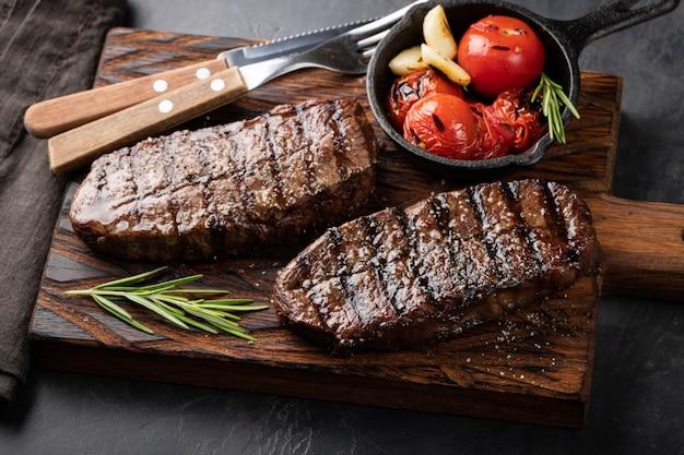 Closeup prêt à manger steak top blade. Photo Premium