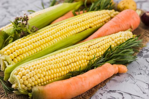 Closeup récolte maïs et carotte Photo gratuit