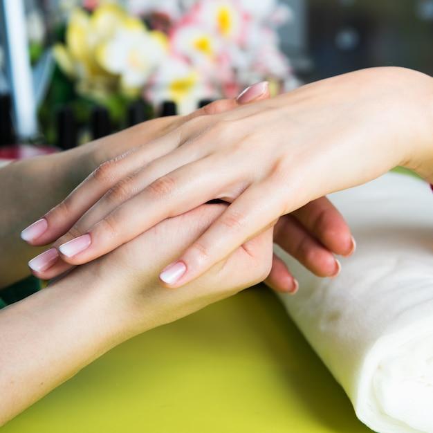 Closeup shot d'une femme dans un salon de manucure recevant une manucure Photo Premium
