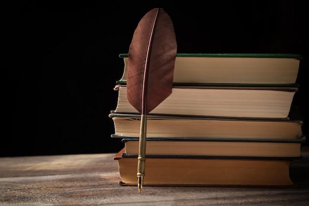 Closeup, stylo plume, pile, vieux, livres, noir Photo Premium