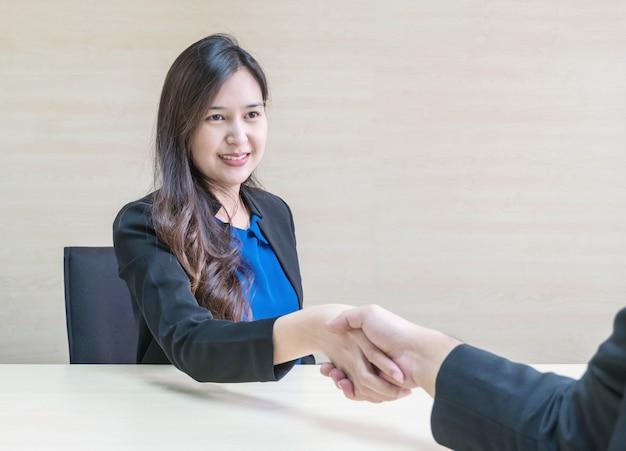 Closeup succès de femme asiatique pour traiter des affaires avec quelqu'un avec un visage heureux Photo Premium