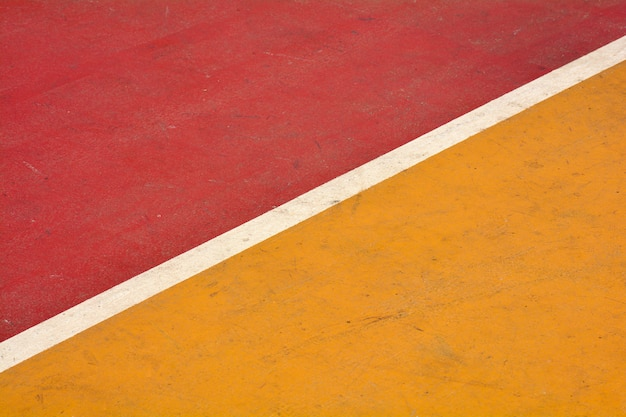 Closeup terrain de basket jaune et rouge Photo Premium
