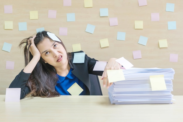 Closeup travaillant femme s'ennuie de tas de dur labeur Photo Premium