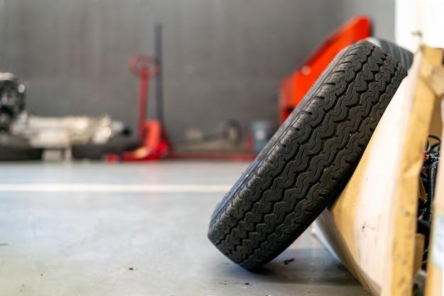 Closeup vieux pneu dans la station de réparation de voiture Photo Premium