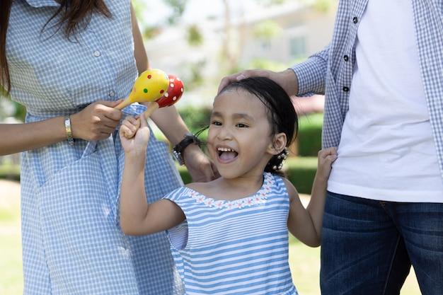 Closeup visage de fille asiatique heureuse. famille dans le jardin Photo Premium