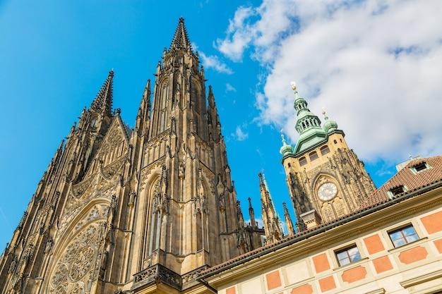 Closeup, vue, sur, gothic, cathédrale, de, saint, vitus, à, bleu, ciel, dans, château prague Photo Premium
