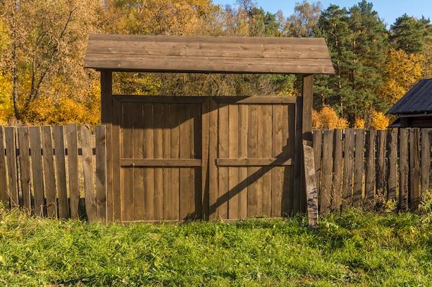 Clôture en bois dans le village. vieille porte en bois. Photo Premium